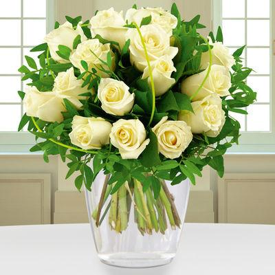 Eleganter Blumenstrauss In Weiss Von Bluvesa Auf Blumen De