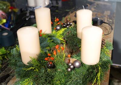 adventskr nze h ngend pflanzen und gartenzubeh r adventskranz edelstahl dekorieren. Black Bedroom Furniture Sets. Home Design Ideas